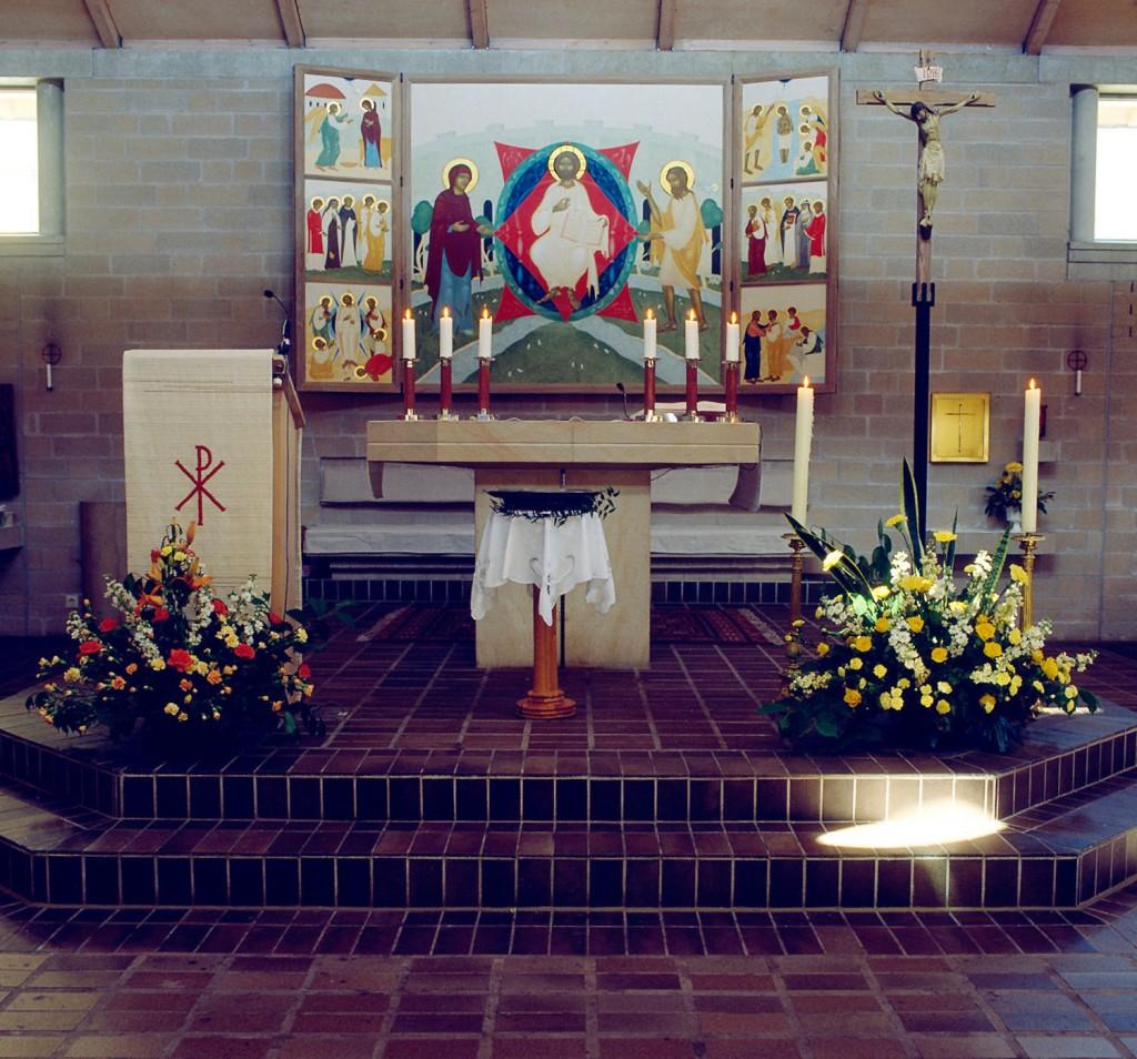 Interiör från S:t Thomas kyrka i Lund med det altarskåp målat av mig, som vid sidan av psalmer och böner gestaltar vår delaktighet i den kristna verkligheten. Foto: Bo Wiberg.