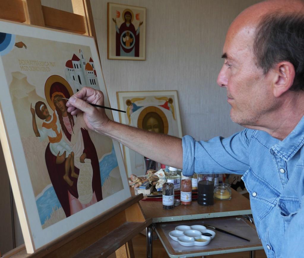 7. Lars Gerdmar under arbete med ikonen Den rättfärdiga Rut med sonen Obed. Foto Mattias Piltz